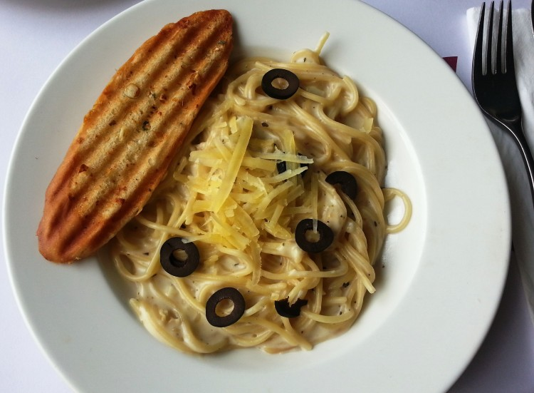 Spaghetti with olives and grilled bread